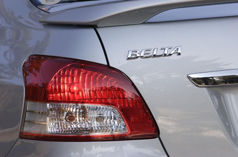 На снимке видно, что задние фонари снабжены отражателями с алюминиевым напылением. Такая деталь зрительно повышает класс машины.