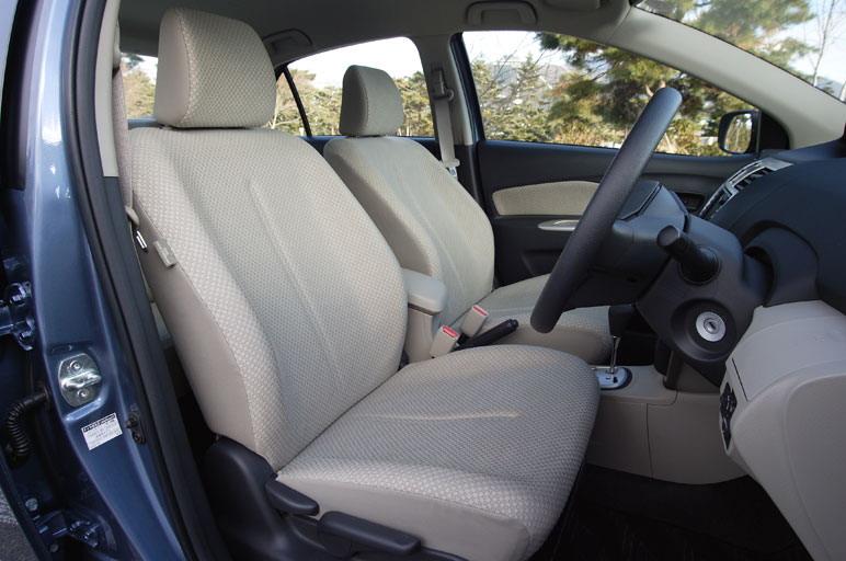 На снимке изображено водительское место. Следует перечислить все основные его характеристики. Во-первых, перед водителем стоит рулевое колесо, которое может отклоняться вверх на 30 мм. Затем, само сидение может быть передвинуто вдоль продольной оси салона на 240 мм. В-третьих, сидение водителя может быть отрегулировано по высоте в пределах 45 мм. Таким образом, водитель любой комплекции может найти для себя самую подходящую позицию