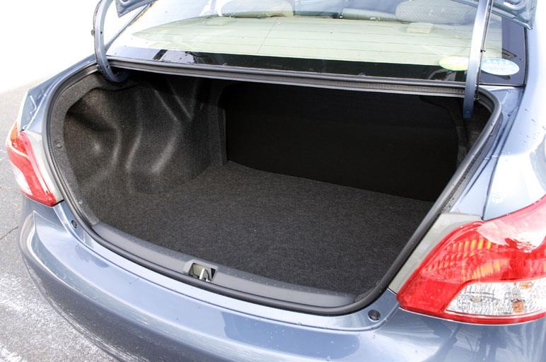 Если поднять крышку багажника, то взгляду откроется очень вместительный (475 л) багажник, объем которого оказывается еще больше, чем это себе представляешь, когда смотришь на машину со стороны. Это багажное отделение можно признать самым большим для машин этого класса.