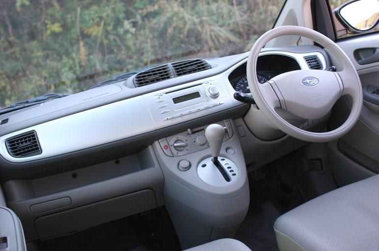 Салон машины сделан максимально освещенным. Под сидением переднего пассажира имеется подставка для ног, пуск двигателя может осуществляться по схеме «smart keyless» (без ключа зажигания).