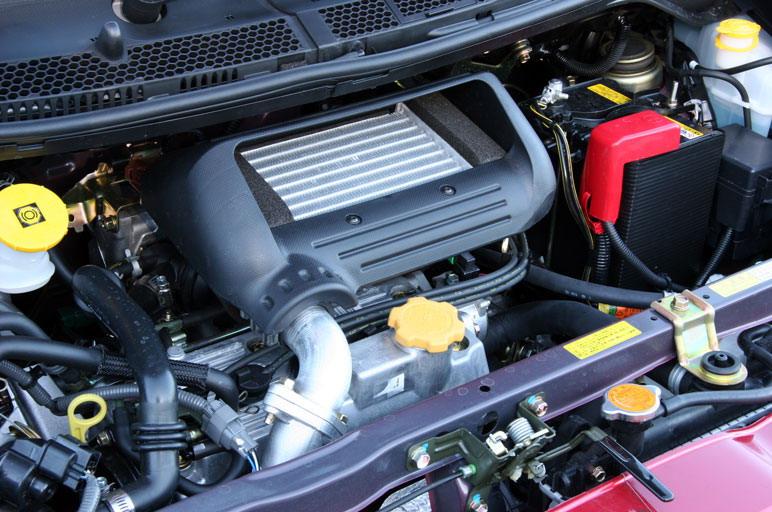 Двигатель категории Super charger с промежуточным охладителем воздуха развивает уникальную для малолитражки  мощность – 64 л.с. А его крутящий момент  10,5 кг/м , причем он начинает активно расти, уже начиная с малых оборотов.