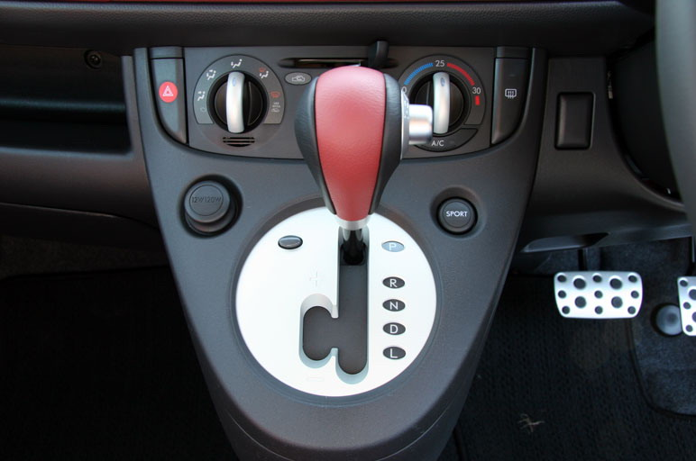 На всех без исключения автомобилях модельного ряда R1 ставится бесступенчатый вариатор, но у модели R1 Super Charger он дооборудован ручным 7-ступенчатым переключателем.