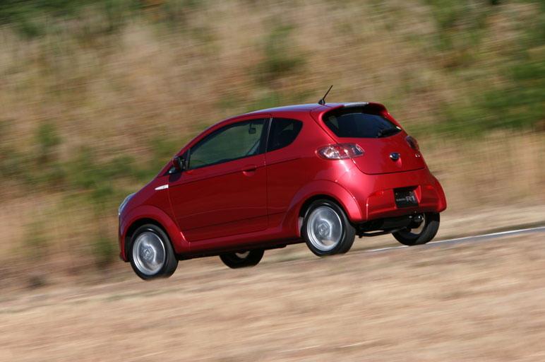Если глянуть на автомобиль R1 со стороны, то покажется, будто центр его тяжести располагается слишком высоко. Но, как ни странно, при вождении никакой неуверенности в устойчивости не возникает, и машины уверено входит в самые крутые повороты.