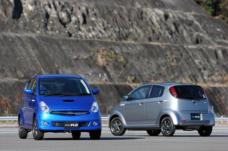 На фотографии представлены спортивные машины категории S, стоящие в модельном ряду R2. Они снабжены всеми положенными спортивными «принадлежностями». В то же время двигатели у них разные: на одном  - мотор с простым впуском, на другом  - двигатель типа Super charger.