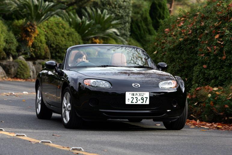 Следуя логике нашего журналиста г-жи Юми Есида, попытаемся сравнить технические данные нового автомобиля Mazda Roadster VS c моделью DB9. Итак, длина 3995 (4710) мм Х ширина 1720 (1875) мм. В скобках приводятся данные по автомобилю DB9. Развиваемая мощность двигателя – 170 (450) л.с., максимальный крутящий момент 19,3 (58,1) кг/м. Стоимость машин, оснащенных однотипной трансмиссией (6-ступенчатой автоматической коробкой передач): VS – 2 млн. 600 тыс. иен, а DB9 Wolante– 20 млн. 206 тыс. иен!