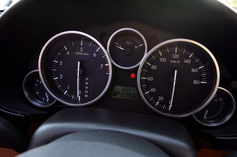 Шкала спидометра  автомобиля Mazda Roadster VS размечена  вплоть до 180 км/час. Кстати сказать, у машины Wolante максимальная скорость 265 км/час. Почувствуйте разницу!