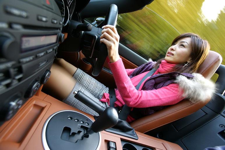 Как и прежде в автомобиле Mazda Roadster нынешнего, третьего поколения вес кузова распределяется между передней и задней осью поровну, то есть в пропорции 50:50. Кроме того, центр тяжести располагается низко, колебания кузова вокруг также стали меньше, причем эти показатели улучшались от поколения к поколению. Ширина автомобиля, его передняя и задняя колеи увеличены существенным образом. И, тем не менее, вес автомобиля не преодолел условный рубеж  в 1100 кг. Скоростные качества машины от этого только выигрывают.