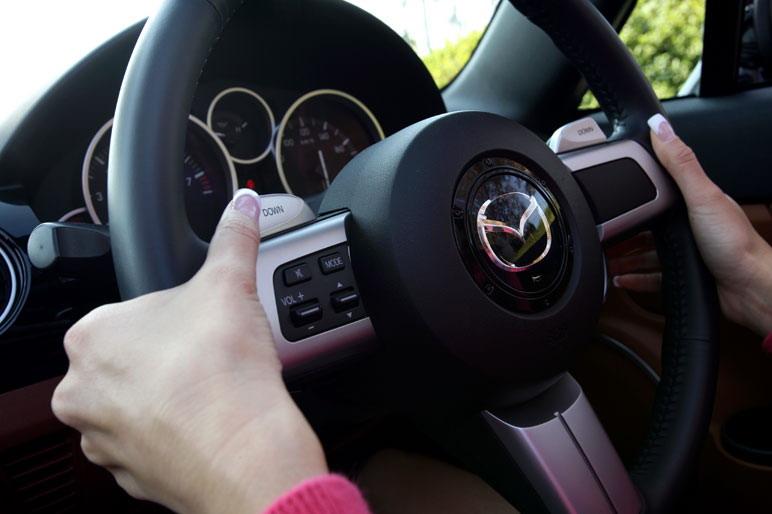 Автомобиль Roadster   оснащен 6-ступенчатой коробкой передач новой разработки с зигзагообразным ходом переключающего рычага. Кроме этого управлять трансмиссией можно и с рулевого колеса при помощи клавишного переключателя. Среди журналистов, кстати сказать, есть много таких, кто поддержал модификацию  нового автомобиля Mazda Roadster именно  с автоматической коробкой передач.