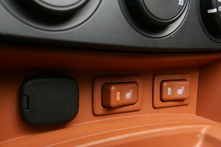 Автомобиль модификации VS стандартно оборудуется подогревом сидений. Это выгодно отличает его от прочих  машин с открытым верхом, в особенности, когда на дворе стоит зима.