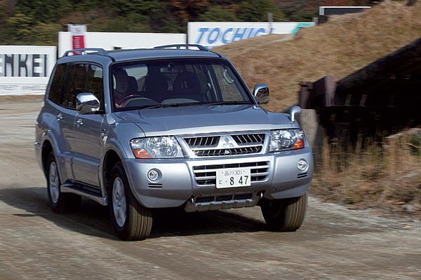 На снимке представлена модель Mitsubishi Pajero образца 2006 года. Поскольку с 1 января вступили в силу новые стандарты для световых приборов, в машине пришлось менять положение бамперов, места установки указателей поворота и стоп-сигналов. Но в целом внешний вид машины не изменился.