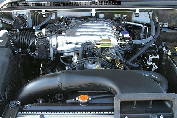 На снимке изображен двигатель новой разработки 6G75, который ставится на автомобиль Pajero образца 2006 года. Поскольку он уже эксплуатировался  некоторое время на машинах, производимых для заграничных рынков, степень его доводки довольно высока. Механизм газораспределения работает от одного вала  SOHC, что сразу наводит на мысль о том, что развиваемая двигателем мощность не столь высока. Это действительно так, в паспорте значится, что мощность мотора только 219 л.с. В то же время он очень легок в управлении.