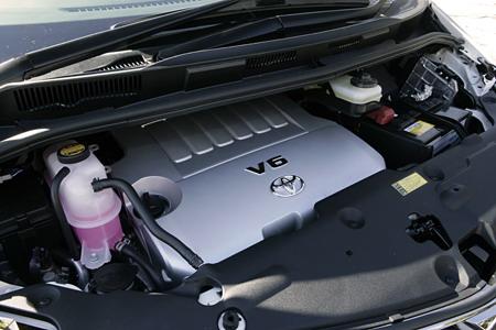 В ходе полной замены модельного ряда Estima на смену 3-литровому двигателю пришел мотор, изображенный на снимке. Он имеет рабочий объем в 3.5 литра, а его 6 цилиндров, расположенные буквой V, способны развивать мощность до 280 лошадиных сил.