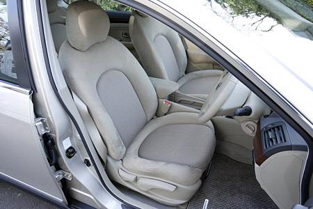 Могу сразу сказать – внутри машины действительно просторно! Особенно импонирует большое количество свободного места под задними сидениями, где обычно находятся ноги пассажиров. Сами же сидения, имеющие округлую конфигурацию, во-первых, довольно большие по размеру, а во-вторых, достаточно комфортабельные.