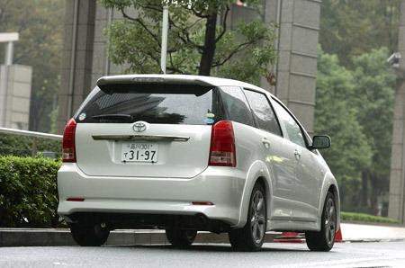 Первое поколение автомобиля Toyota Wish появилось на свет 20 января 2003 года. Машина была выполнена на платформе седана среднего класса Premio / Arion, но с несущим кузовом.