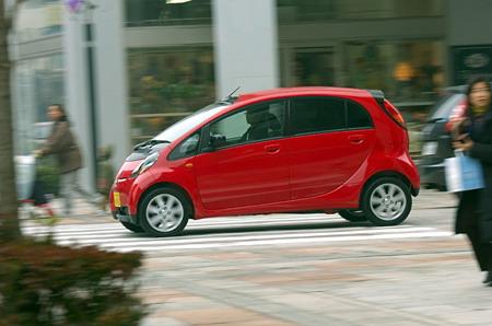 В смешанном режиме езды автомобиль 2WD проходит на одном литра 18,4 км, а если он оснащен системой полного привода, то 18 километров ровно. По содержанию вредных примесей в отработанном газе и по удельному расходу топлива двигатель соответствует самым новейшим стандартам, то есть, нормам, вступившим с силу в 2005 году (снижают вредные выбросы на 50 процентов)  и тем, которым еще только предстоит стать обязательными в 2010 году (по расходу топлива).