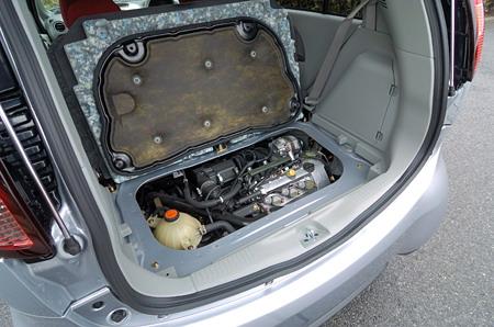 Днище багажного отделения одновременно служит звукоизоляционной крышкой моторного отделения. Если ее поднять, то взору откроется 3-цилиндровый двигатель «турбо» рабочим объемом в 659 куб. см, стоящий под углом 45 градусом. Это - совершенно новый мотор с алюминиевым блоком цилиндров, оснащенный механизмом газораспределения типа MIVEC. В дальнейшем планируется, что он будет ставиться и на другие малолитражные машины, выпускаемые компанией Mitsubishi.