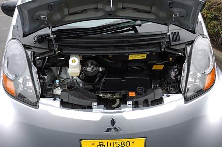 Если поднять капот, то под ним окажется не багажное отделение, как можно было подумать. Так собраны воедино различные приборы, обслуживающие машину, такие, как, например, коробка с предохранителями. Для того чтобы уравновесить двигатель, вес которого приходится на заднюю ось, салон сдвинут ближе к переду, топливный бак, вмещающий в себя 35 литров горючего, тоже расположен ближе к передним колесам. Тем не менее, равномерного распределения веса все равно не получилось, нагрузка на переднюю и заднюю ось  относится как 45 к 55. Для того чтобы усилить переднюю часть машины на случай лобового столкновения, поперек шасси стоит 6-гранная балка.
