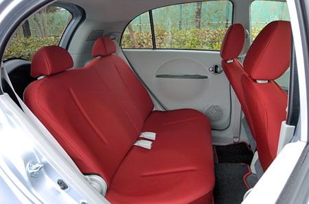 Как вам нравиться такое заднее сидение в салоне малолитражного автомобиля? Дистанция до переднего кресла не столь велика, поэтому ногам заднего пассажира будет тесновато. Хорошо еще, что задняя панель передней спинки мягкая и легко меняет свою конфигурацию. Заднее сидение не может перемещаться вдоль салона, хотя спинки могут менять свой наклон.