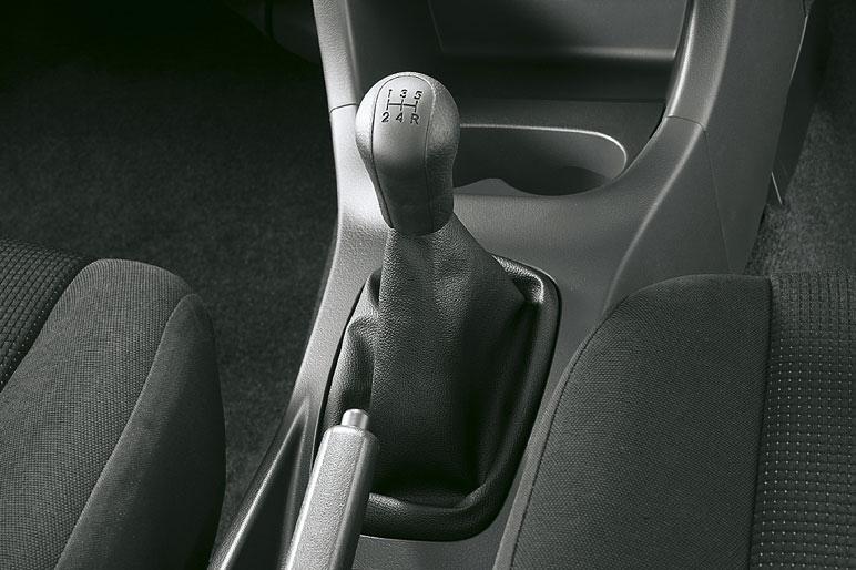 Фотография сделана в салоне автомобиля Daihatsu Bego CL, который оснащен коробкой передач с ручным переключением.