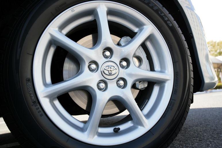 На снимке изображен один из колесных дисков, рассчитанный на шины размером 215/55/17. Такие  колеса входят в комплектацию автомобиля Estima Aeras 2.4 L. Кстати говоря, такая же машина, но  категории «G-package» обута уже в 18-дюймовые шины (размер 225/50R/18).