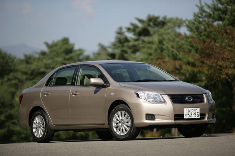 После очередной полной замены модельного ряда седан Corolla получил второе  название – Axio. И хотя кое-какие отличия от машины предыдущего поколения тут имеются, в целом это- все та же, хорошо узнаваемая Corolla. Складывается такое впечатление, что дизайнеры просто боятся, как бы их автомобиль не стал менее узнаваем.