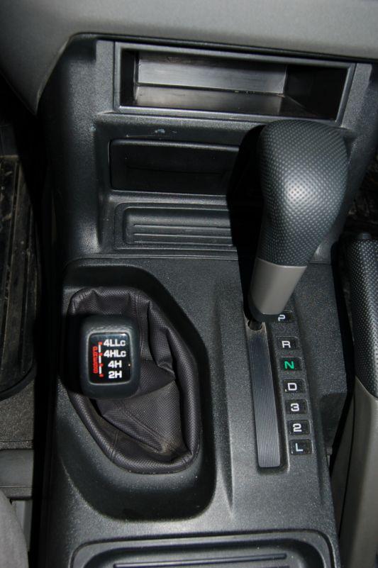 Управление 4WD в Pajero осуществляется традиционно — рычагом «раздатки». Invecs-II более расторопен, нежели аисиновская автоматическая трансмиссия
