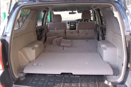 В этом багажнике, дверь которого, кстати, имеет доводчика, нет никаких подпольных «кладовых». Все распихано по ящичкам в арках. В принципе, объем багажника можно признать большим