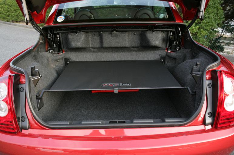 Задний багажник машины не такой уж  и маленький: в «закрытом» режиме (то есть, когда крыша на своем месте)   - 457 литров, когда крыша убрана – 225