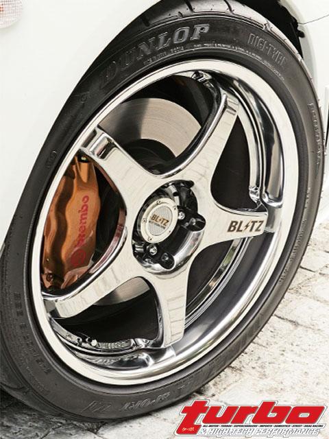 Blitz от себя добавили тормозные колодки – Blitz Pagid RS4-2 спереди и Blitz MR-3 сзади. Новые покрышки – Dunlop Direzza Sport Z1 конфигурации 245/40/18.