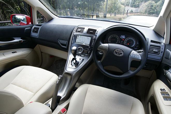 Интерьер Toyota Blade отличается дорогой обивкой салона и исконно японской системой навигации